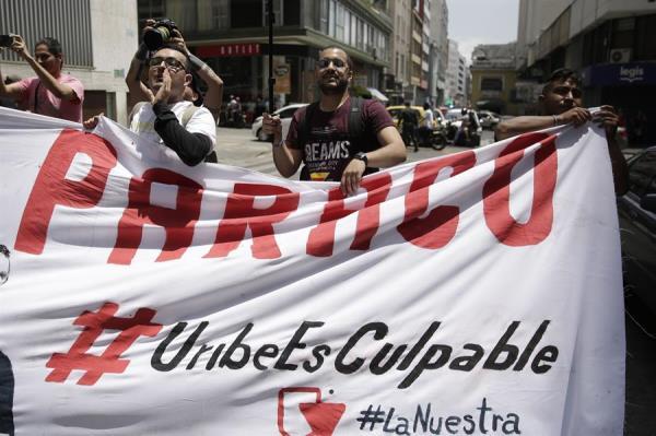 Las llamadas interceptadas por la justicia son otro componente y motivo de polémica en este caso, pues la Fiscalía tuvo acceso a numerosas conversaciones de Uribe, supuestamente por equivocación cuando investigaban otro caso, de un excongresista. (EFE)