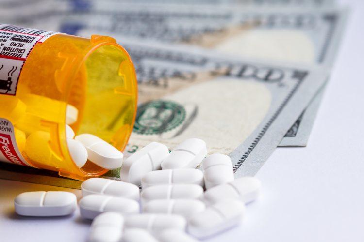 Del total de inmigrantes que utiliza estos medicamentos, la gran mayoría -aproximadamente 3 millones- llegó al país siendo adultos, señaló el reporte. (Dreamstime)