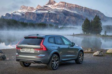 El sistema de asistencia de piloto semiautónomo de Volvo es muy bueno, mantiene el automóvil centrado mientras mantiene una velocidad establecida o marca el paso al frente.