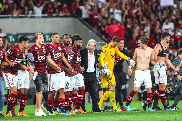 Jugadores de Flamengo celebran al vencer a Gremio 5-0 y pasar a la final este miércoles en el partido de vuelta por las semifinales de la Copa Libertadores entre los clubes brasileños Flamengo y Gremio en el estadio Maracaná de Río de Janeiro (Brasil). EFE