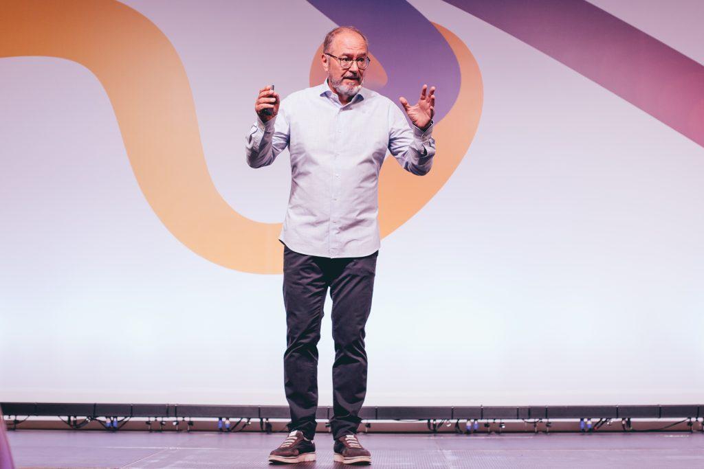 """Conferencia-Enric-Corbera-Institute-107-1024x683 """"El cambio no sucede en nuestro futuro, sino en nuestra percepción del pasado""""."""