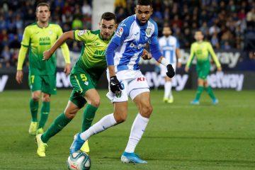 El jugador del CD Leganés Roberto Rosales (d) disputa el balón con Gonzalo Escalante (i) del Eibar, durante el partido de la jornada 12 de Liga en Primera División en el estadio de Butarque, en leganés. EFE