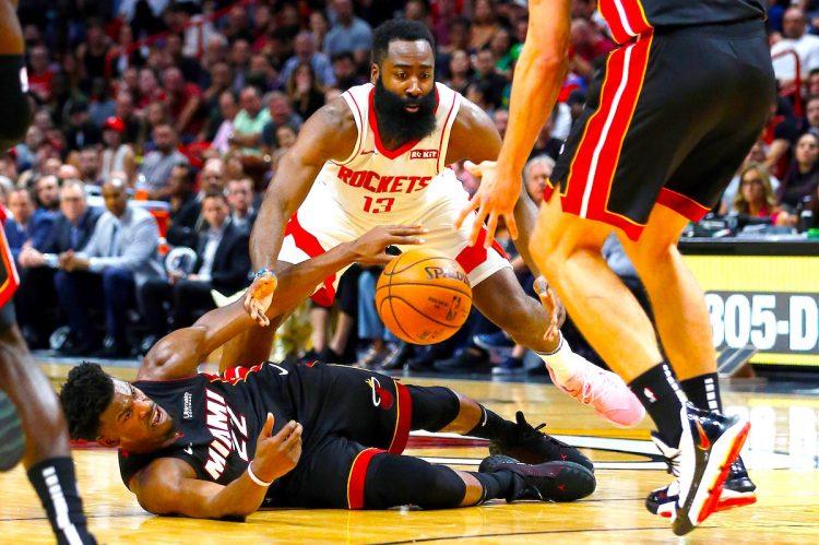 Rockets James Harden defiende al guardia de Miami Heat Jimmy Butler (abajo) durante el partido de baloncesto de la NBA entre Miami Heat y Houston Rockets en el AmericanAirlines Arena en Miami, Florida , EE. UU