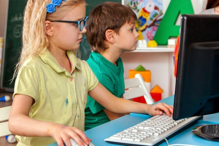 A los 8 años, los niños tenían una mayor probabilidad de registrar la mayor cantidad de tiempo de pantalla si su cuidado había sido en el hogar o eran hijos de madres primerizas. (Dreamstime)