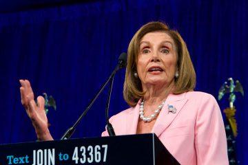 Aparentemente nerviosa y ya a pocos pasos de la puerta de la salida, la demócrata se paró en seco, respondió que los demócratas no odian a nadie y regresó de manera repentina al atril para continuar su contestación. (Dreamstime)