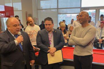 Howard Jonas, presidente de la Junta de IDT y Genie, recibió a Rivera en el edificio.