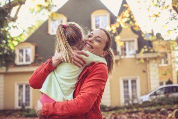 Por otra parte, la especialista específica que si su hijo no es le gustan los abrazos o se pone tímido con los miembros de la familia, no debe obligarlos. (Dreamstime)