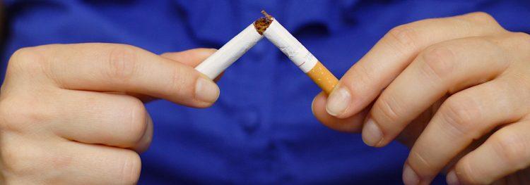 Entre los fumadores hispanos, solo alrededor de un tercio (32.2%) visitó a un profesional de la salud y recibió consejos para dejar de fumar en el último año, en comparación con más de la mitad (54.7%) de los adultos no-hispanos.  (Dreamstime)