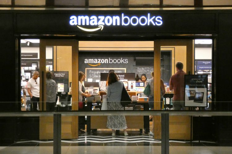 Pese a no tener cajeros humanos (ni, por tanto, filas de clientes para pagar), en las tiendas de Amazon sigue habiendo empleados que se encargan de tareas como reponer productos, limpiar y cuidar las instalaciones o la atención al cliente. (Dreamstime)