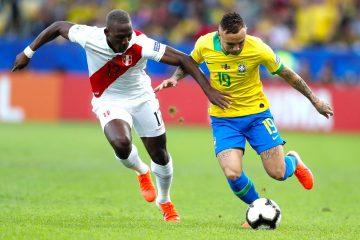 El jugador de Brasil Everton Sousa (d) disputa el balón con Luis Advíncula de Perú, durante el partido Brasil-Perú final de la Copa América de Fútbol 2019, en el Estadio Maracaná de Río de Janeiro, Brasil
