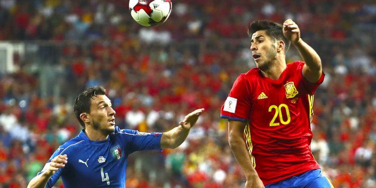centrocampista de la selección española, Marco Asensio (d), disputa el balón ante el defensa de la selección italiana, Matteo Damian.