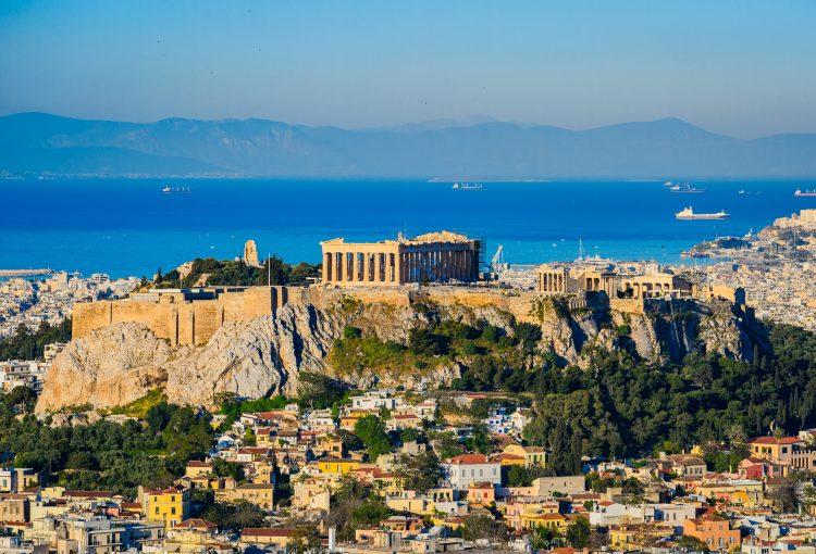 Este domingo Grecia blindó sus fronteras con Albania y Macedonia del Norte, suspendió los vuelos con España y prohibió la entrada de cruceros y veleros a sus puertos. (Dreamstime)