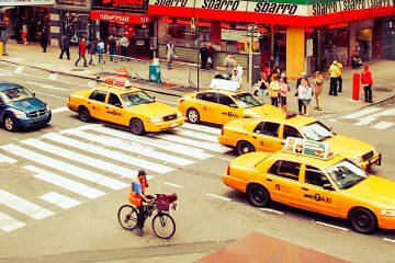 Durante sus largas horas frente al volante, este taxista toma otras medidas de precaución, limpiando varias veces con alcohol las manijas de las puertas de su coche y al final de su jornada desinfecta el interior del vehículo. (Dreamstime)