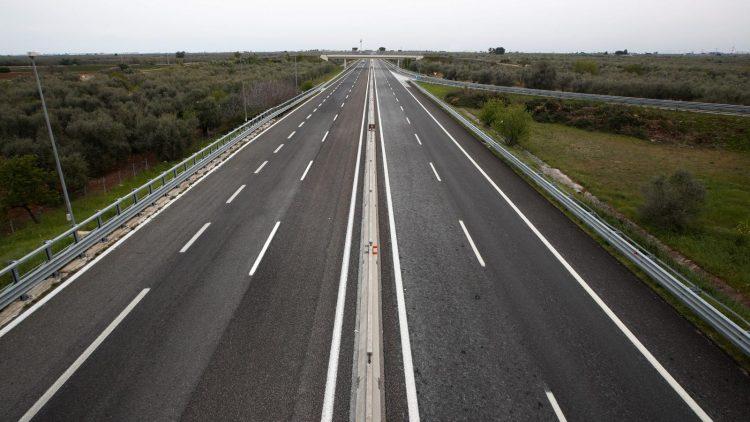 Debido a la pandemia, el tráfico en las carreteras típicamente congestionadas, como la I-405 en Los Ángeles, hoy es casi inexistente.