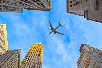 American Airlines recortará a únicamente ocho sus salidas diarias desde el aeropuerto de La Guardia y a tres desde el John F. Kennedy.  (Dreamstime)