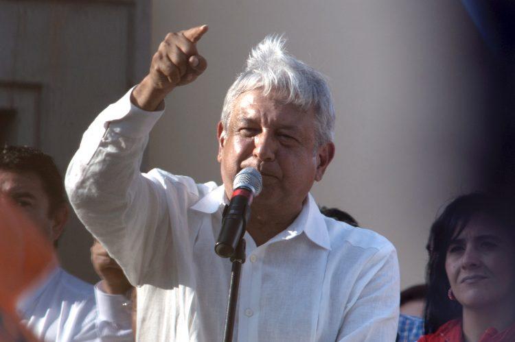 """López Obrador causó polémica el fin de semana por mantener un breve saludo durante una gira en Sinaloa con María Consuelo Loera, madre del narcotraficante Joaquín """"el Chapo"""" Guzmán, que cumple cadena perpetua en Estados Unidos. (Dreamstime)"""