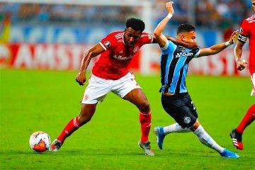 Peep (d) de Gremio disputa el balón ante Moisés (i) de Internacional el 12 de marzo de 2020, durante un partido por el Grupo E de la Copa Libertadores, en la Arena do Gremio, en Porto Alegre (Brasil). EFE