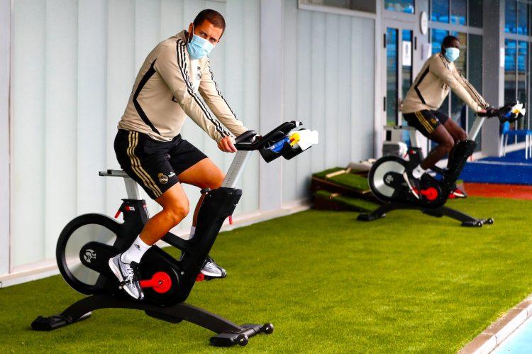El delantero belga del Real Madrid Eden Hazard (i) durante el entrenamiento que ha realizado el pasado jueves en Valdebebas, en Madrid. EFE