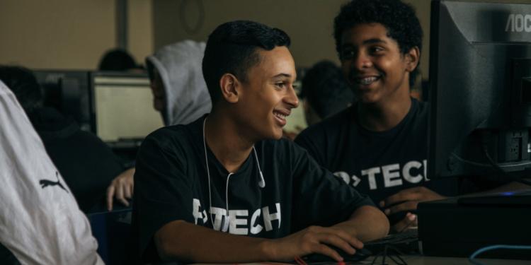 La plataforma de aprendizaje digital Open P-TECH ahora está disponible en español.