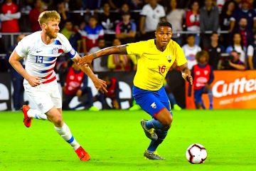 Tim Ream (i) de EEUU disputa un balón con Antonio Valencia (d) de Ecuador, en un pasado partido amistoso entre Estados Unidos y Ecuador, en el estadio Orlando City de Orlando, Florida (Estados Unidos). EFE/ Gerardo Mora