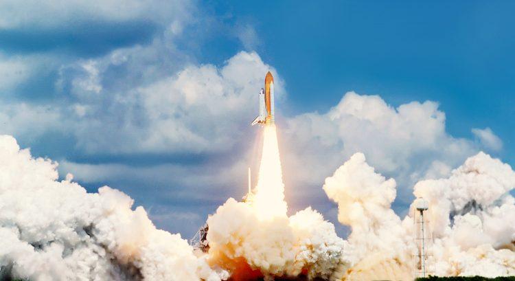 Con estos 58 nuevos satélites, SpaceX tiene ya 540 en el espacio, desde que empezó a lanzarlos en mayo de 2019. El de hoy es el noveno lanzamiento de Starlink. (Dreamstime)