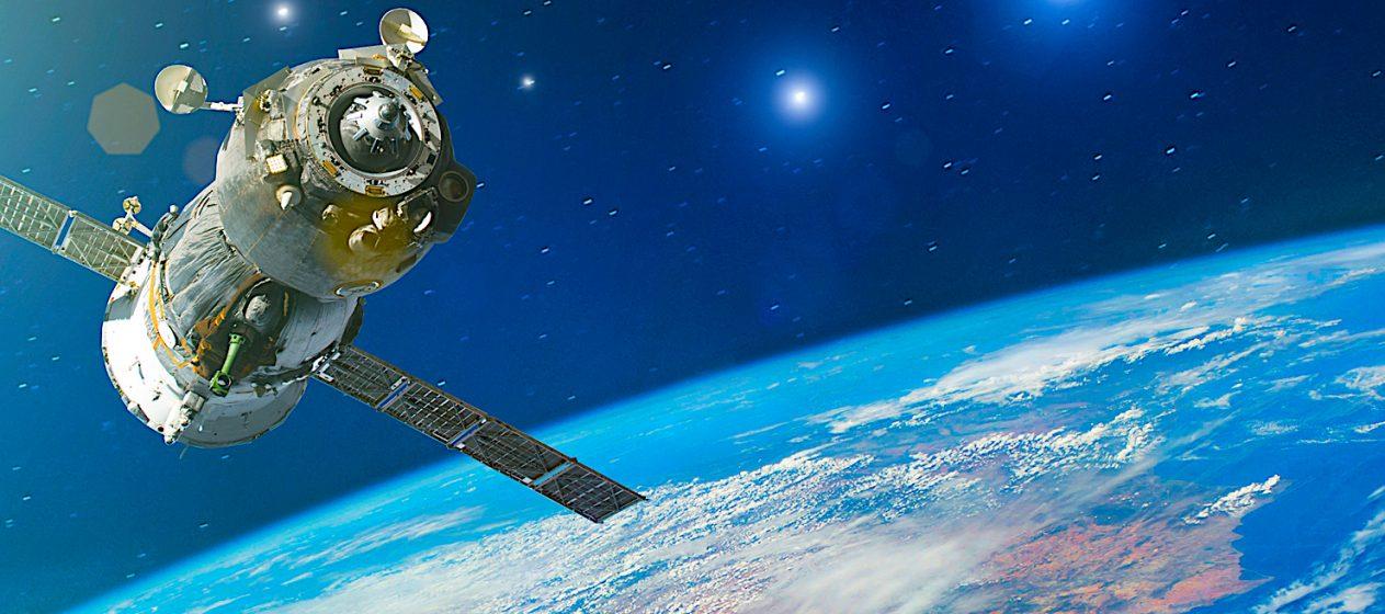 Si el nuevo diseño funciona como esperan, prevén que en el futuro todos sean como este para así atender las reclamaciones de investigadores y astrónomos que se han quejado de que satélites tan brillantes pueden dificultar su trabajo. (Dreamstime)
