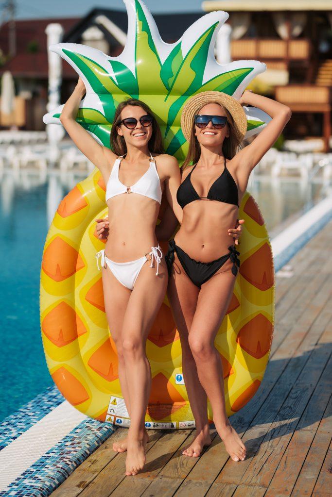 dreamstime_m_177977401-683x1024 Marla y Lola, listas para la playa