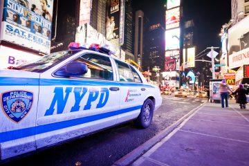 """El defensor del ciudadano, Jumaane Williams, reconoció este martes a través de Twitter que los fuegos artificiales no solo están disparándose en Nueva York, sino en muchas ciudades y estados de EE.UU., y colgó una foto suya tomada de noche en la calle en la que reclamaba """"una respuesta y solución orientada a la comunidad"""" para este problema.  (Dreamstime)"""
