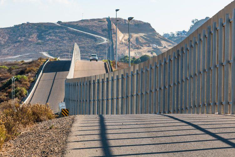 """El canciller explicó que los estados del sur de Estados Unidos -enumeró California, Nuevo México, Arizona y Texas- están en incrementos, y abrir sin limitaciones la frontera común podría provocar """"rebrotes"""". (Dreamstime)"""