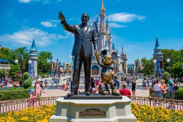 Los seguidores más acérrimos del mundo Disney con un pase anual pudieron acceder el jueves 9 de julio a los dos parques. (Dreamstime)