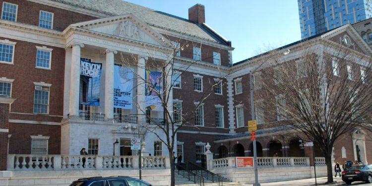 El Museo de la Ciudad de New York está ubicado en la 1220 5th Ave, New York, NY 10029.