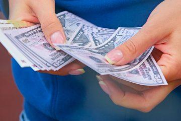 Los 5.066 bancos comerciales y cajas de ahorro asegurados por la FDIC tuvieron unos beneficios netos de 18.800 millones de dólares en el segundo trimestre, frente a los 43.700 millones de un año antes. (Dreamstime)