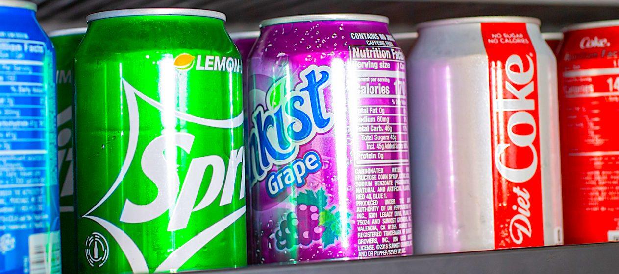 Una lata de refresco tiene, en promedio, 150 calorías y el equivalente a 10 cucharaditas de azúcar o 25 gramos, expuso Vasanti Malik, profesora de la Universidad de Toronto. (Dreamstime)