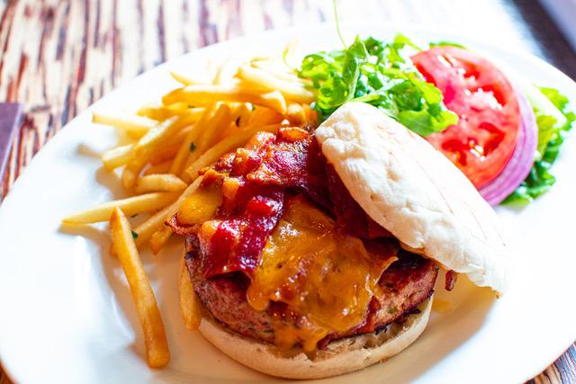 Para el Día Nacional de la Hamburguesa con Queso, los huéspedes pueden disfrutar de un 8 oz. Hamburguesa de solomillo espesa y jugosa, a la parrilla a la perfección, cubierta con tiras gruesas de tocino ahumado, queso y aguacate para el mejor momento de hamburguesa. La hamburguesa se complementa con una selección de papas fritas o ensalada.