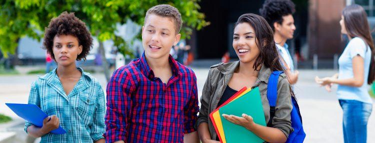 El estudio indicó que los estudiantes universitarios latinos son más propensos a provenir de familias y comunidades con desventajas sociales y económicas, por lo cual la accesibilidad de la educación superior es una consideración importante para ellos. (Dreamstime)