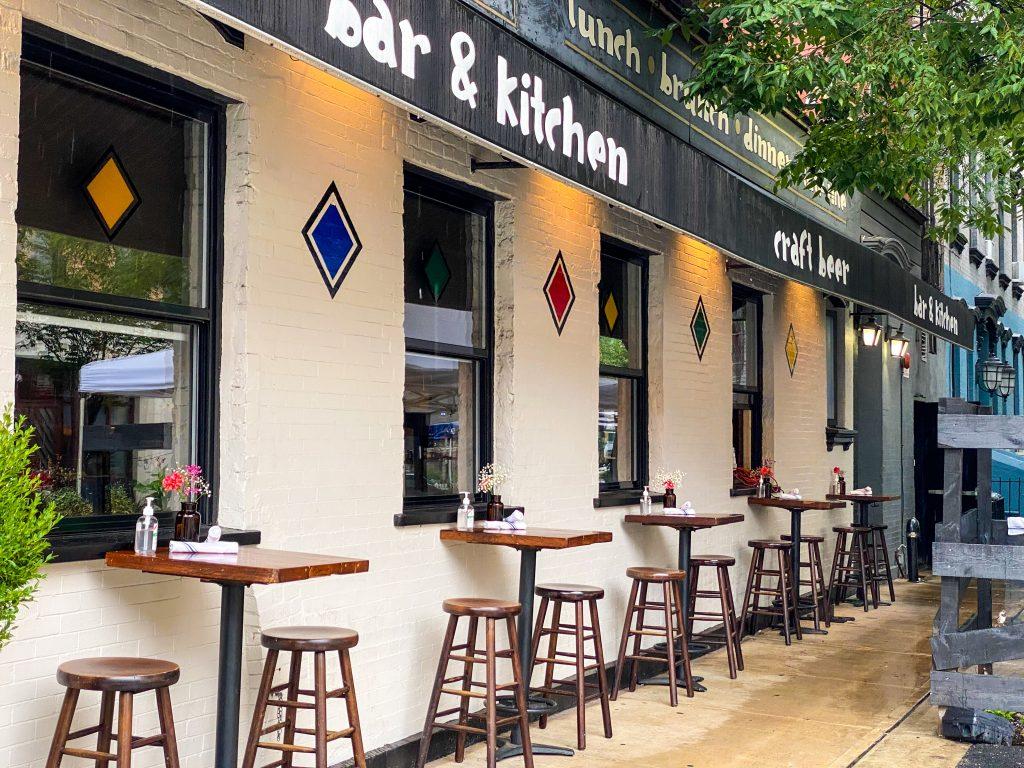 Group-Shot-768x1024 Alfie's Bar & Kitchen, renovado y más delicioso con el chef Darren Pettigrew.