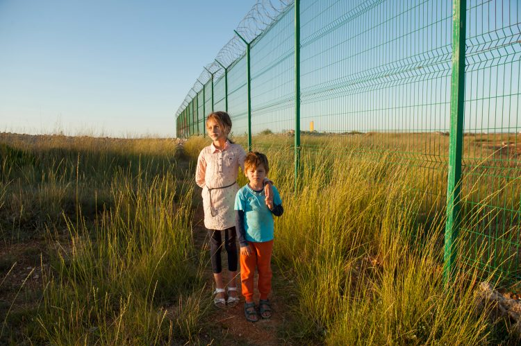 Como la ley prohíbe la permanencia de menores de edad durante más de 20 días en sitios de detención, el gobierno separó a más de 2.500 niños y niñas de sus familias y los ubicó bajo custodia de agencias gubernamentales. (Dreamstime)