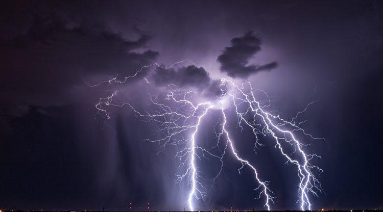 Sus vientos máximos sostenidos llegan a 40 millas por hora (65 km/h) y se mueve en dirección oeste-noroeste a 9 millas por hora (15 km/h).  (Dreamstime)