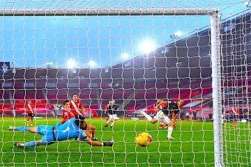 Edinson Cavani (R) del Manchester United marca la ventaja 3-2 durante el partido de fútbol de la Premier League inglesa entre Southampton FC y Manchester United en Southampton, Gran Bretaña, ( Reino Unido) EFE