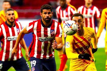 El delantero hispano brasileño del Atlético de Madrid, Diego Costa (i), disputa el balón ante el jugador estadounidense del FC Barcelona, Sergió Dest, durante el encuentro correspondiente a la décima jornada de primera división disputado esta noche en el estadio Wanda Metropolitano, en Madrid. EFE