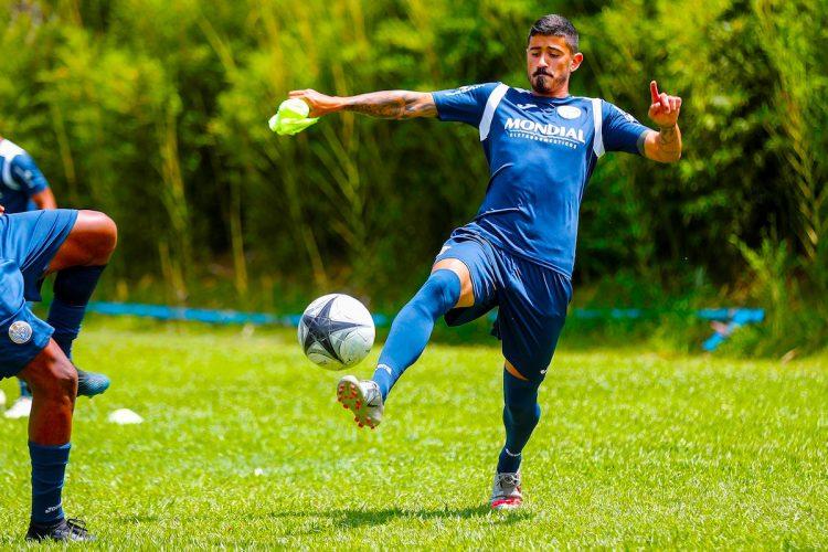 """El defensa uruguayo Nicolás Márquez, del club Ska Brasil, entrena con un pequeño dispositivo GPS de apenas 4x3 centímetros en el bolsillo de una espinillera de tela, para registrar parámetros como el riesgo de lesión, la velocidad de los disparos, el mapa de calor, la distancia recorrida o el tiempo de actividad, el 23 de noviembre de 2020 en Santana de Parnaíba (Brasil). El exfutbolista Edmílson José, campeón mundial con Brasil en 2002, ha montado su propia """"fábrica de jugadores"""" para recuperar la esencia del futbolista brasileño y el 'jogo bonito' que deslumbró al mundo décadas atrás con una metodología atrevida y la ayuda de la inteligencia artificial. EFE/ Sebastiao Moreira"""