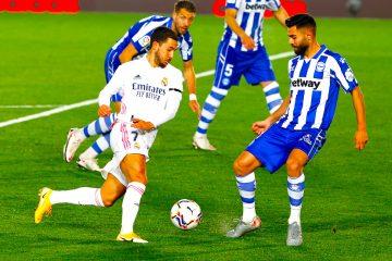 El delantero del Real Madrid Eden Hazard (i) trata de superar a la defensa del Alavés, durante el partido de Liga en Primera División que disputao es en el estadio Alfredo Di Stéfano, en Madrid. EFE