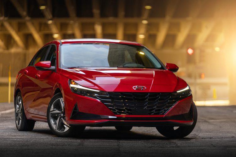 El Elantra tiene muchas de las características que se encuentran en los vehículos Hyundai más grandes y costosos y se nota.