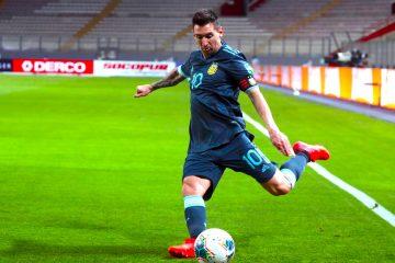 El jugador Lionel Messi de Argentina patea un balón, en un partido de las Eliminatorias Sudamericanas para el Mundial de Catar entre las selecciones de Perú y Argentina en el estadio Nacional en Lima (Perú). EFE/SEBASTIAN CASTANEDA POOL