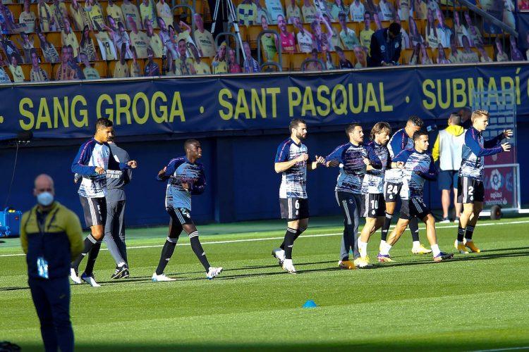Los jugadores del Real Madrid calientan antes del encuentro correspondiente a la décima jornada de LaLiga Santander entre Villarreal CF y Real Madrid en el Estadio de La Cerámica, este sábado en Vila-real. EFE/Domenech Castelló