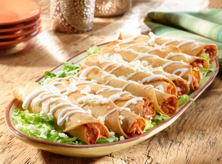 Para servir: en un plato grande coloque la lechuga picada, luego las flautas y por ultimo agregue la crema y el queso por encima.