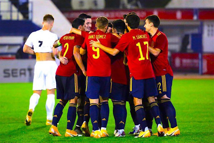 Los jugadores de la selección española celebran el tercer gol conseguido ante Israel, durante el partido de la fase clasificatoria para el Europeo Sub-21 2021 que se disputo en el Estadio Municipal de Marbella. EFE/Carlos Díaz