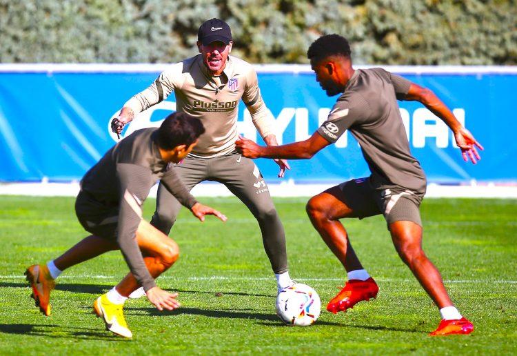 El entrenador del Atlético de Madrid, Diego Pablo Simeone (d), dirige un entrenamiento de su equipo en la ciudad deportiva Wanda de Majadahonda. EFE/ Atleticodemadrid.com