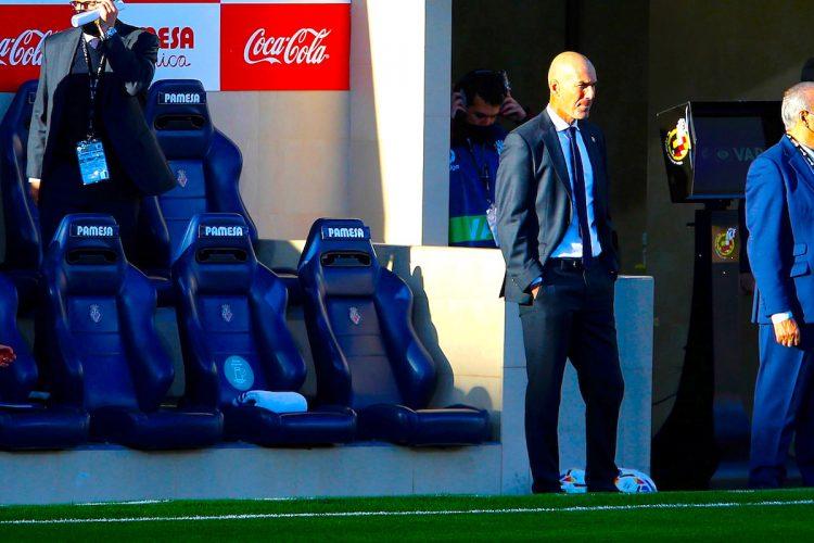 El entrenador francés del Real Madrid, Zinedine Zidane al inicio del partido de Liga que disputan ante el Villarreal en el estadio de la Cerámica. EFE