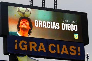 Fotografía de una imagen de Diego Armando Maradona en una pantalla durante un homenaje en un partido de la Primera División argentina entre Boca Juniors y Newell's Old Boys en el estadio La Bombonera en Buenos Aires (Agentina). EFE/Alejandro Pagni/Archivo